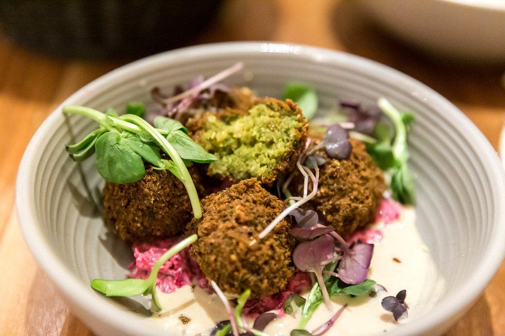 Grüne Falafel mit Rote Bete Tzatziki, Tahini-Knoblauch Dip und Koriander