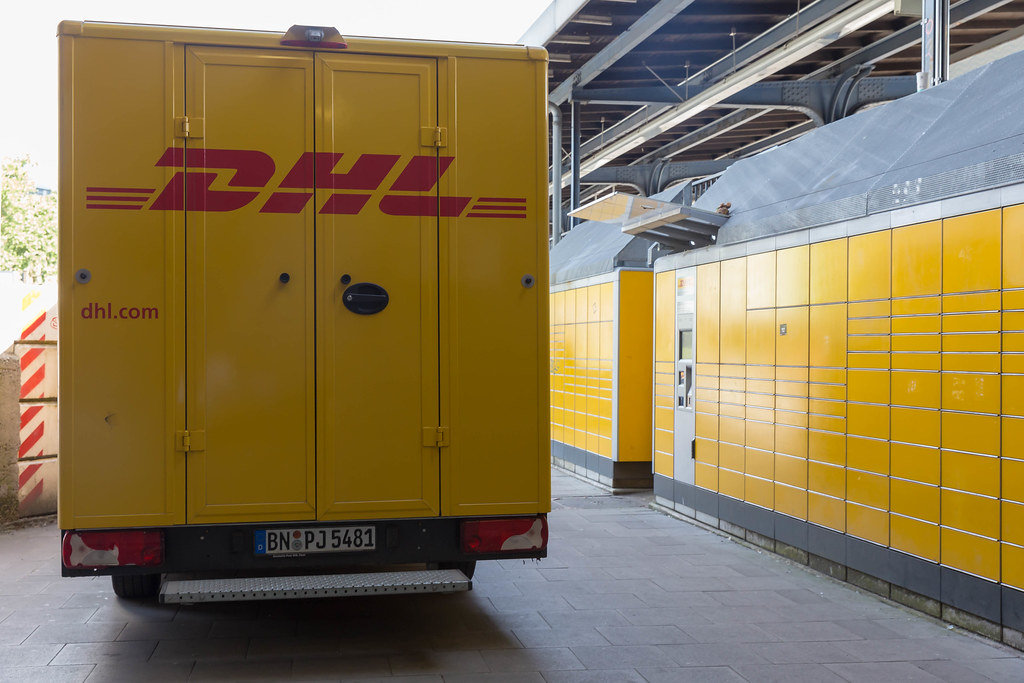 DHL Packstation und Transporter in Köln