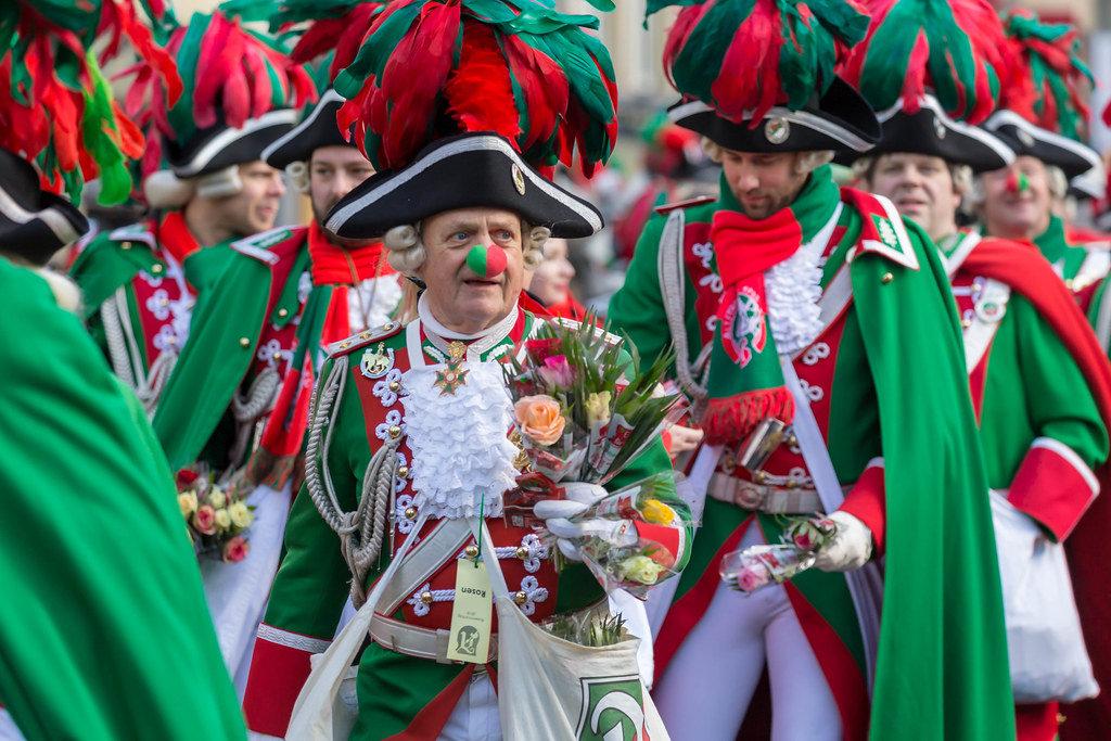 Grün-rote Clown-Nase und Prunk - Kölner Karneval 2018