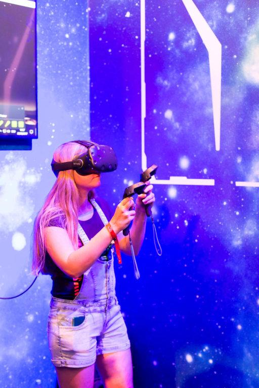 Das Mädchen testet VR-Brille Vive von HTC