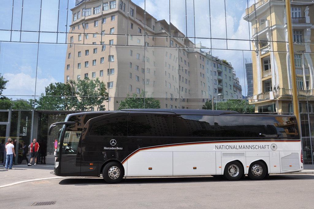 Bus der Deutschen Nationalmannschaft vor Wiener Sofitel