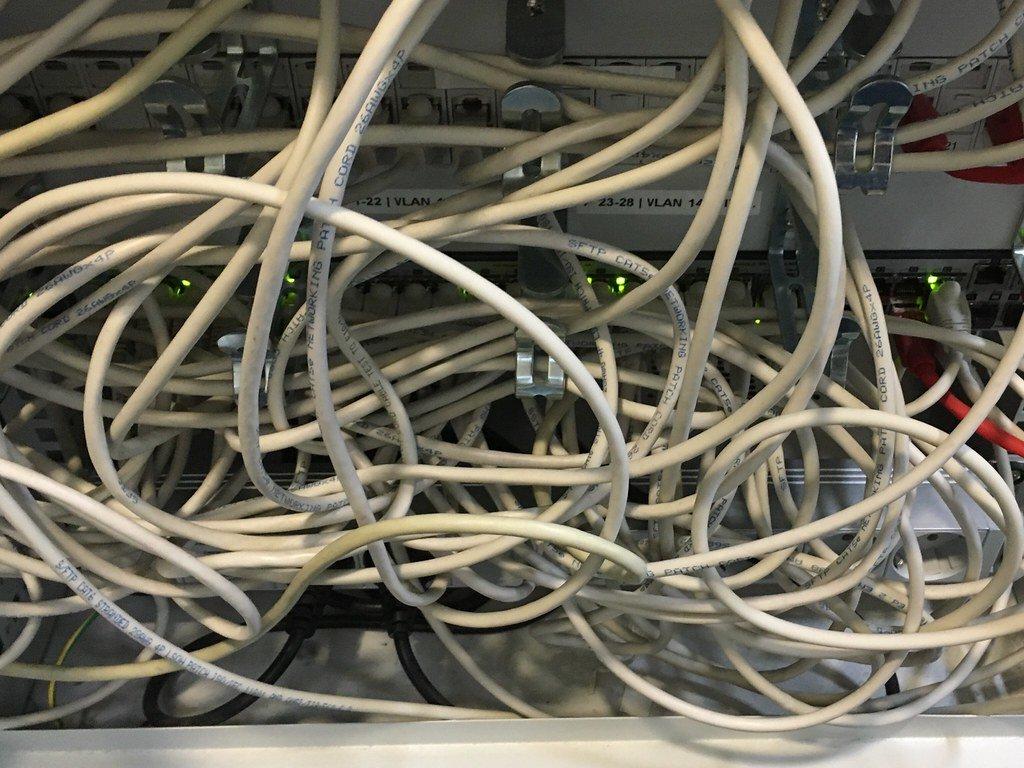 Kabelsalat mit Netzwerkkabeln