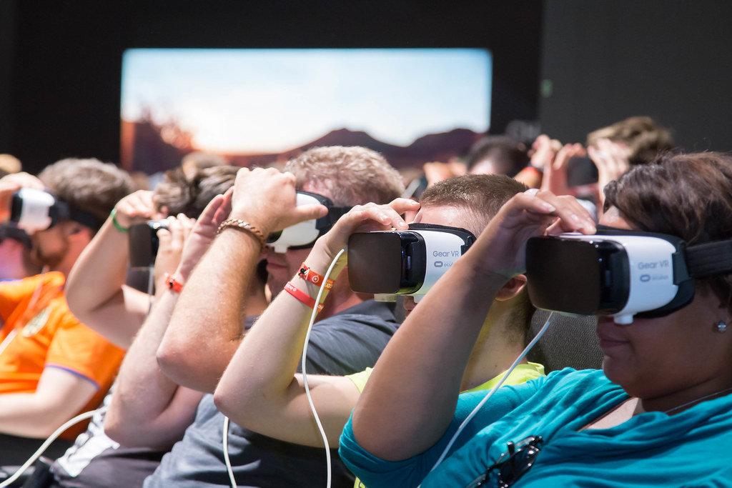 Besucher testen Gear VR 4D von Samsung