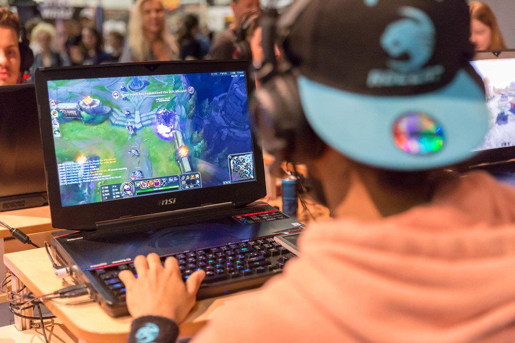 Besucher spielt League of Legends auf einem Gaming-Notebook von MSI