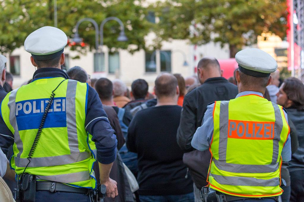 Polizeibeamte sichern den Heumarkt in Köln
