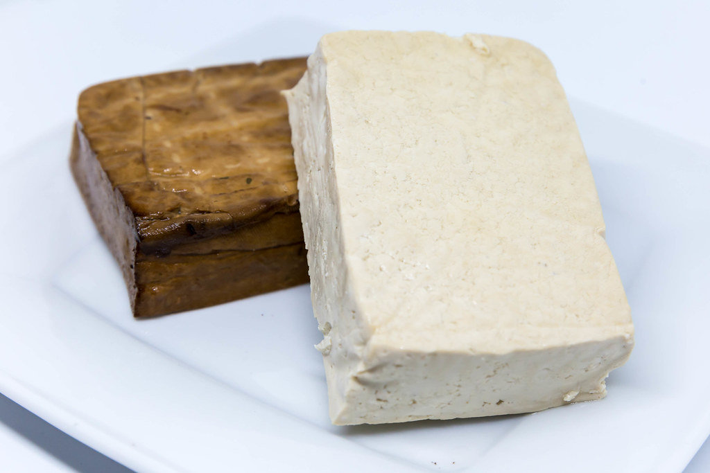 Nahaufnahme von Tofu und Räucher-Tofu auf weißen Teller