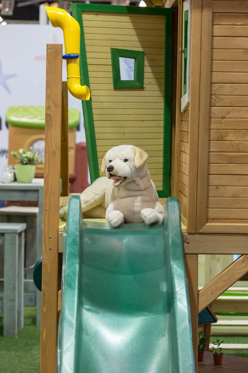 Stofftier Hund auf einem Spielplatz