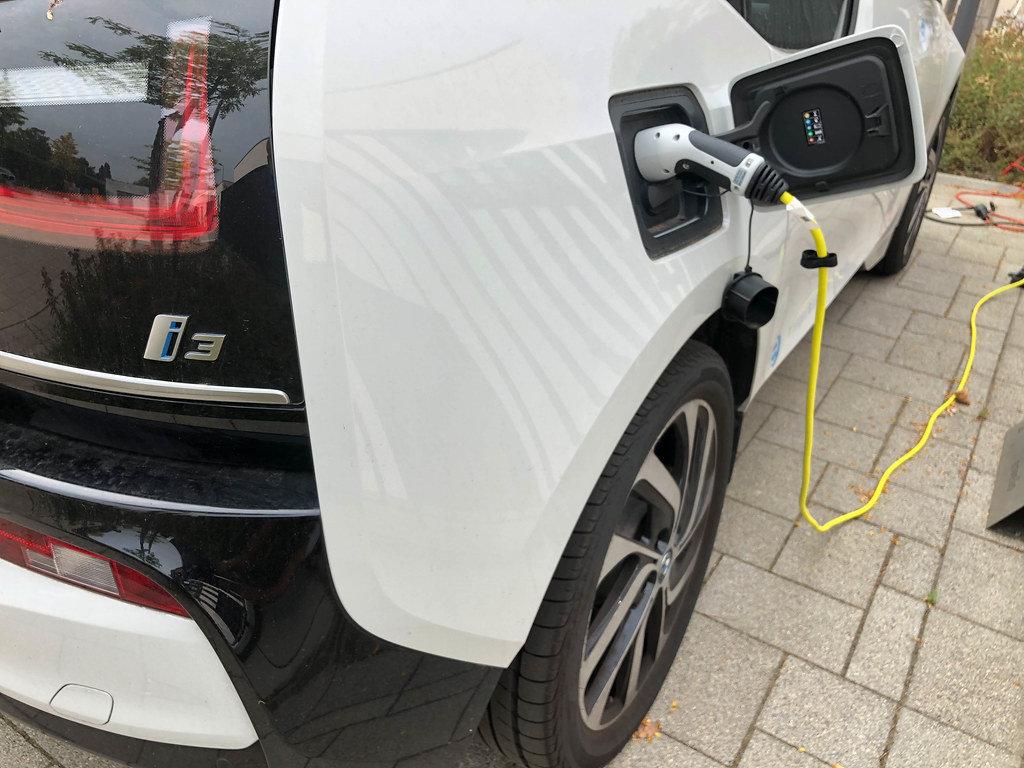 E-Auto hängt an der Ladestation