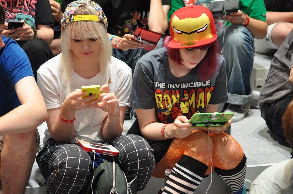 Weibliche Zocker mit Nintendo DS auf der Gamescom