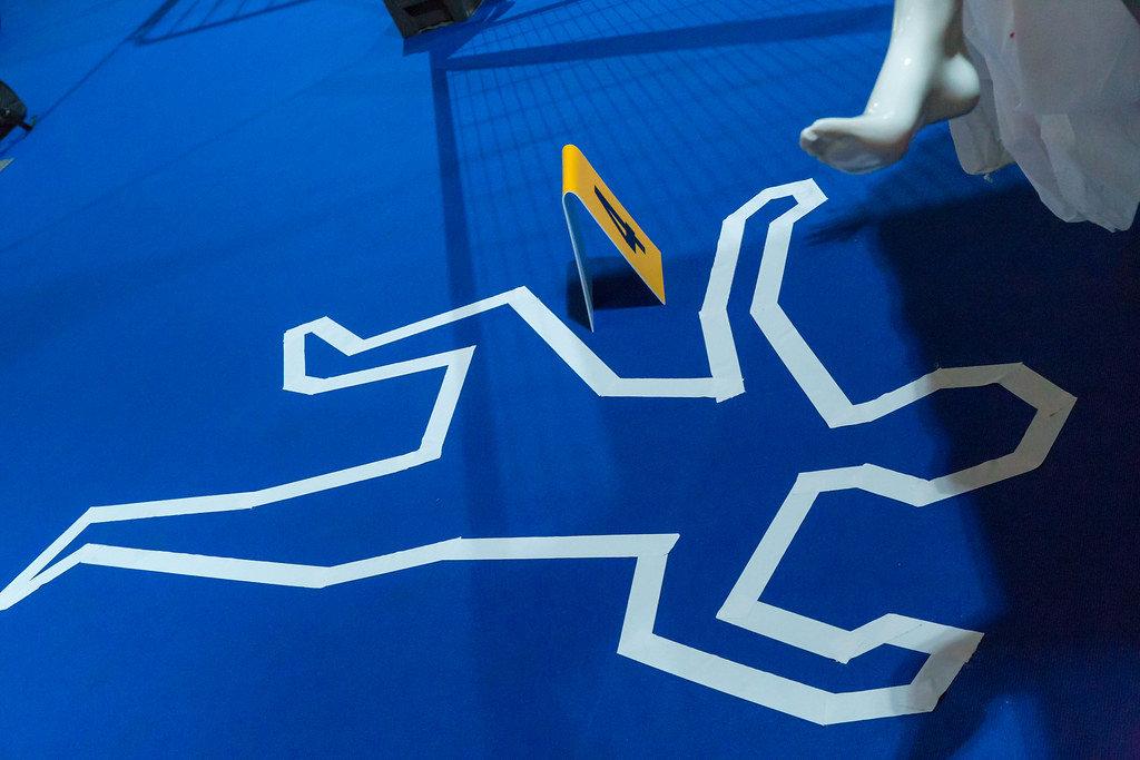 Weiße Markierung um eine Leiche am Tatort