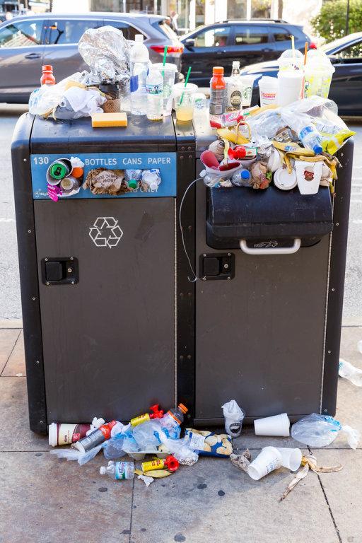 Übervolle Recycling-Mülltonen für Flaschen, Dosen und Papier