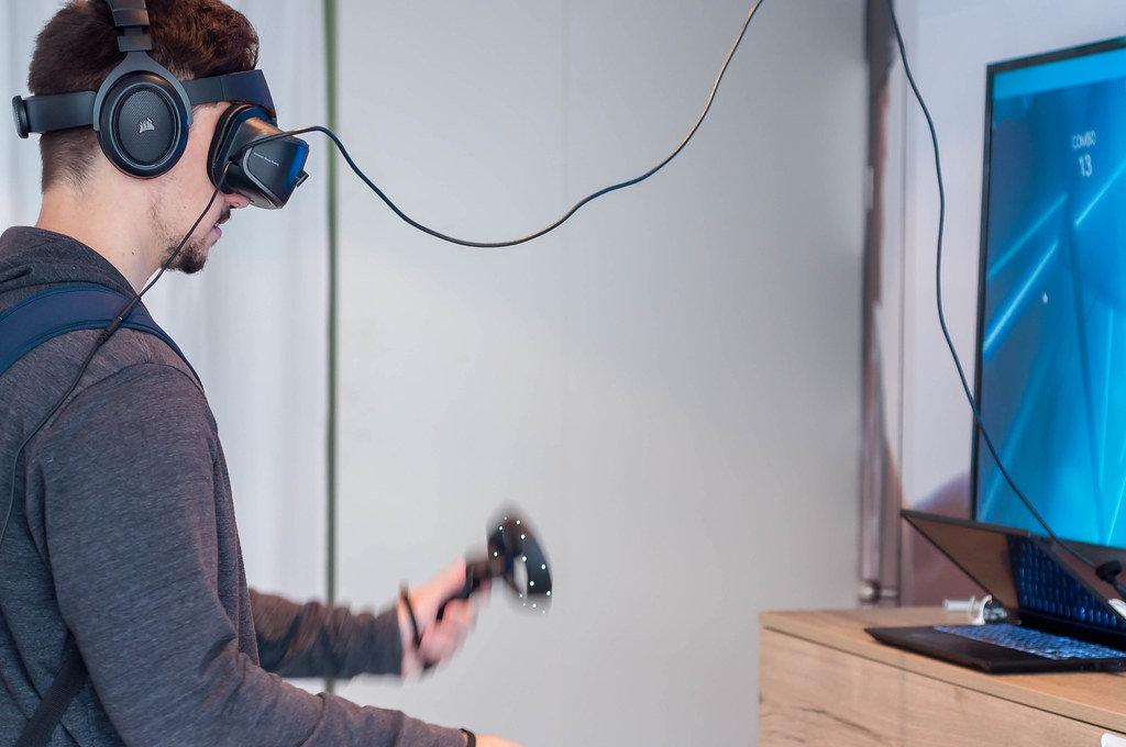 Junger Mann verwendet ein Windows Mixed Reality Headset