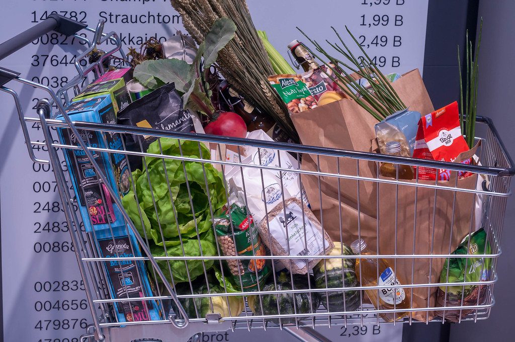 Einkaufswagen voll von gesunden Lebensmitteln