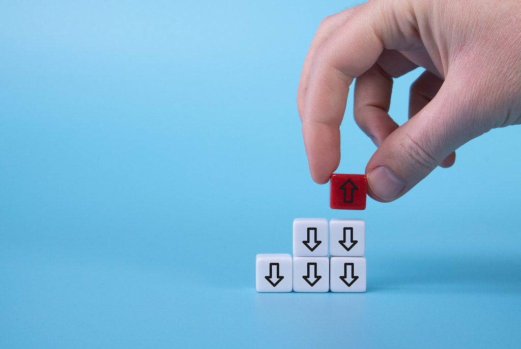 White cubes with down arrows and one red cube with arrow up