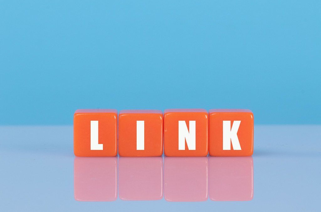 Link text on orange cubes