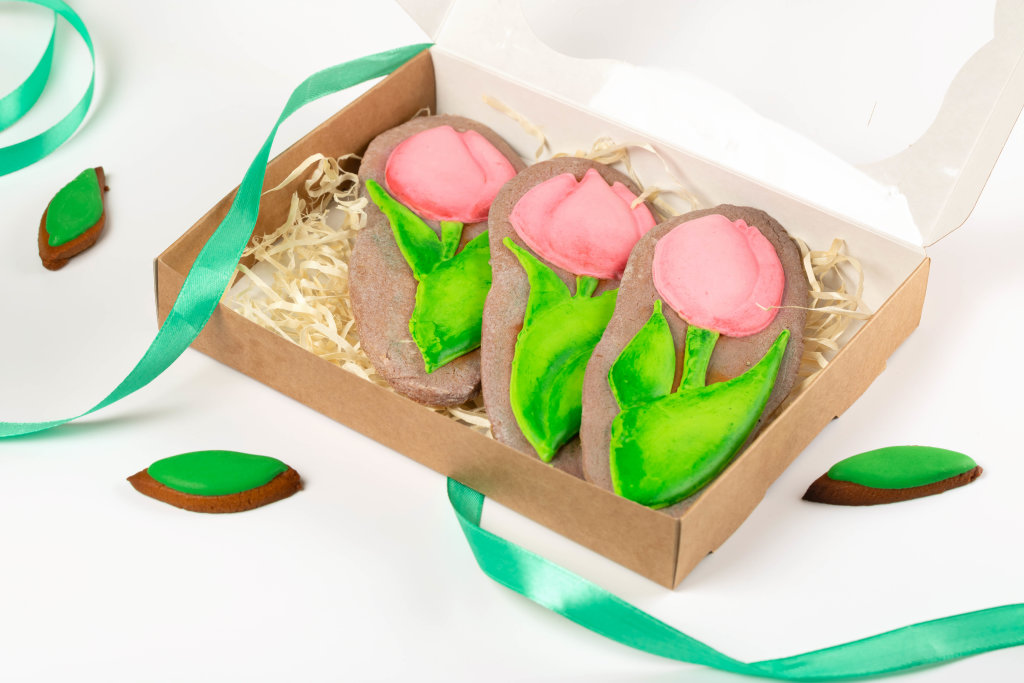 Gingerbread cookies in the shape of a tulip in gift box