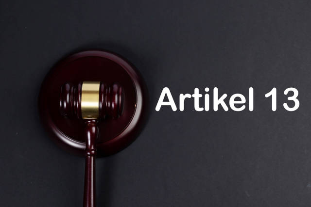 Wooden gavel with Artikel 13 text
