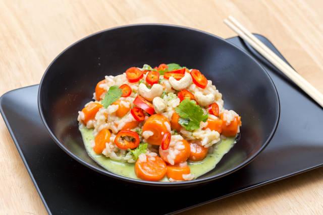 Asiatisches Risotto mit Gemüse, Pesto, Cashew-Nüssen und Chili
