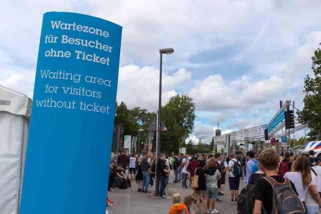 Ausverkaufte Tickets: Wartezone für Besucher ohne Tickets