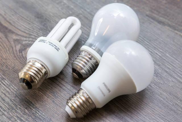 Energiesparlampen und LED-Lampen in Birnenform