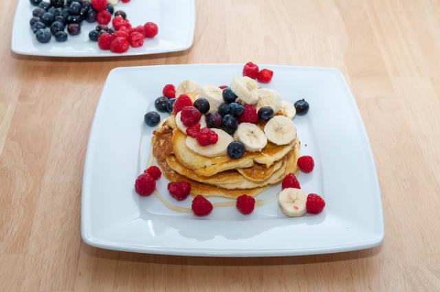 Protein Pancakes mit Beeren und Honig
