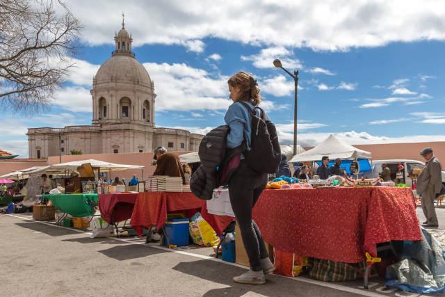 Feira da Ladra mit Pantheon im Hintergrund