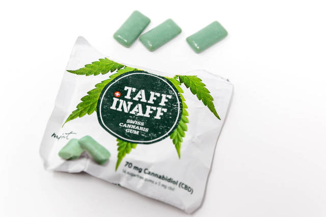 Verpackung von Taff Inas Schweizer Kannabis-Kaugummi mit CBD mit grünen Kaugummis auf weißem Untergrund