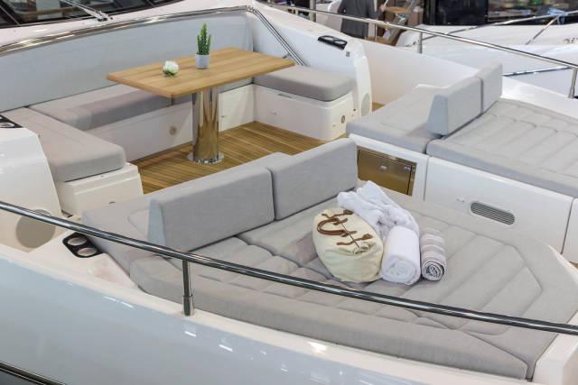 Luxuriöse eingerichtetes Vorderdeck einer Yacht - Boot Düsseldorf 2018
