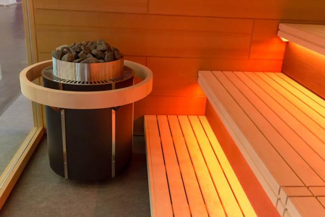 Sauna mit orangefarbenem Licht