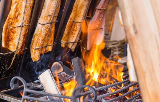 Flammlachs vom Feuer