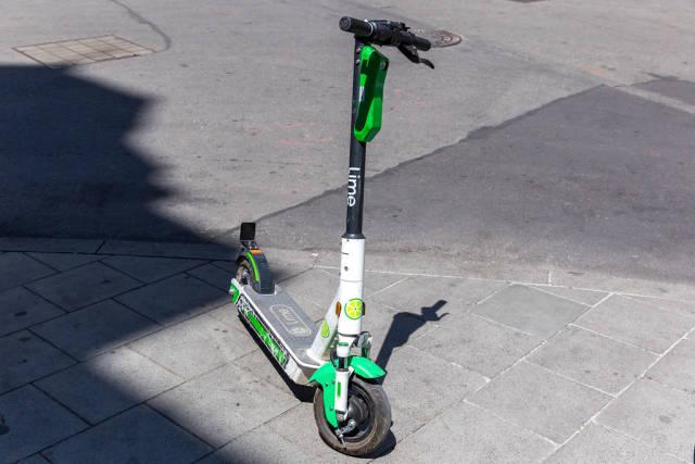 Leihroller und E-Scooter Lime auf einem Bürgersteig in München