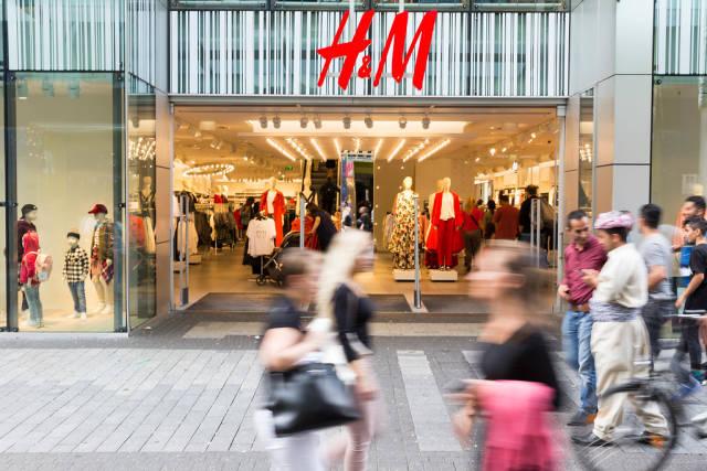 Passanten vor einer H&M Filiale