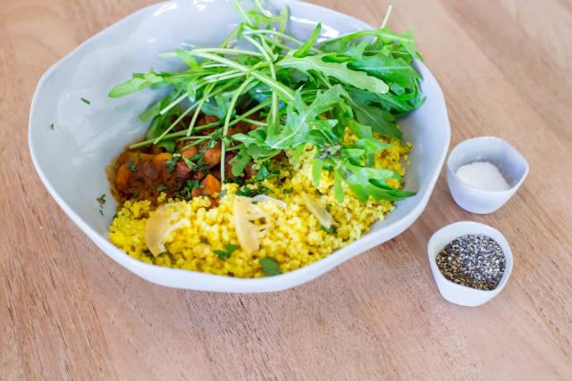 Harvest Tajine Bowl - marokkanischer Gemüseintopf, Dörrobst, frische Kräuter, geröstete Mandeln und Safranbulgur.
