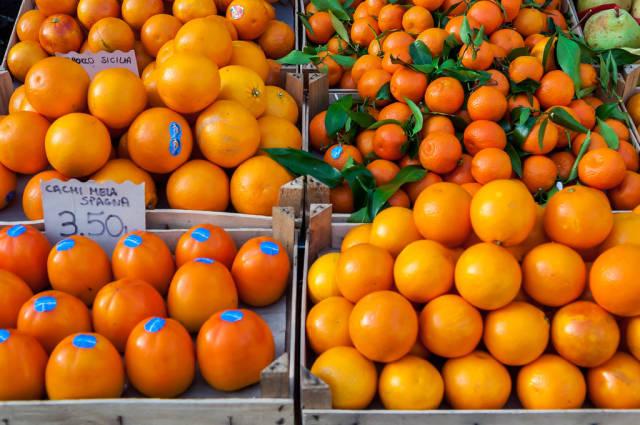 Obststand mit Kakis und Mandarinen auf dem Campo de' Fiori