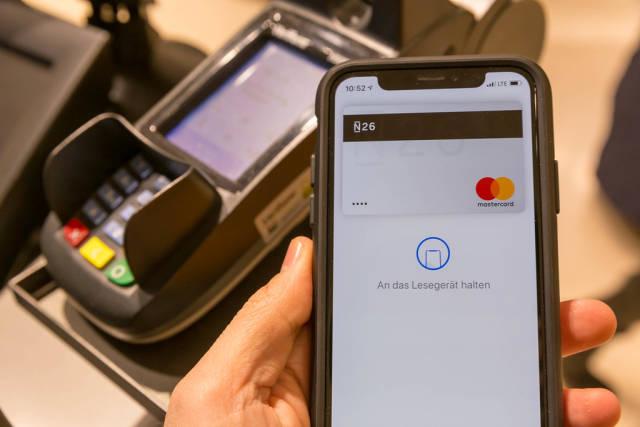 Einkäufe bargeldlos bezahlen mit Smartphone mit Google Pay oder Apple Pay