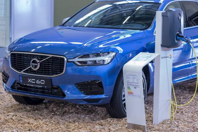 Volvo XC60 Plug-in Hybrid beim Laden an einer Ladesäule