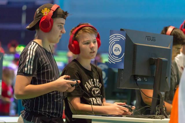 Junge Gamer spielen FIFA 19 von EA Sports