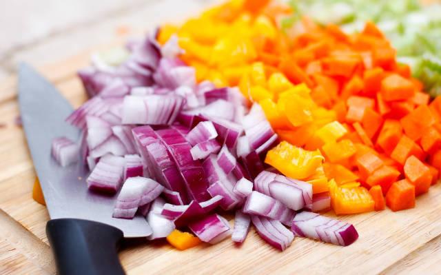 Geschnittenes Gemüse: Zwiebeln, Möhren und Paprika.