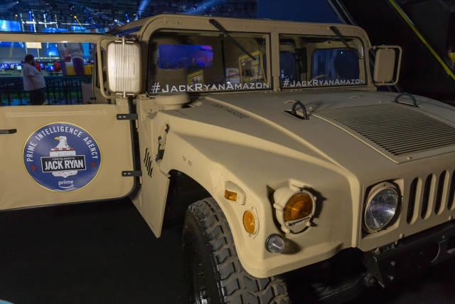 Ein Hummer Geländewagen am Messestand von Tom Clancys Jack Ryan