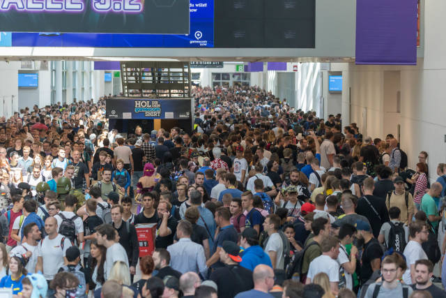 """Crowded Exhibition Hall: Visitors at games fair """"Gamescom"""" in Cologne, Germany"""