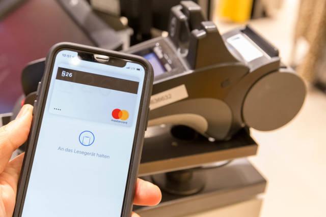 Smartphone mit aktiver App für mobiles Bezahlen ohne Bargeld mit NFC