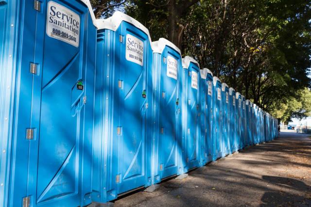 Eine Reihe von blauen Mobiltoiletten