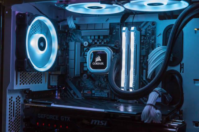 High-End PC mit LEDs und Wasserkühlung von Corsair