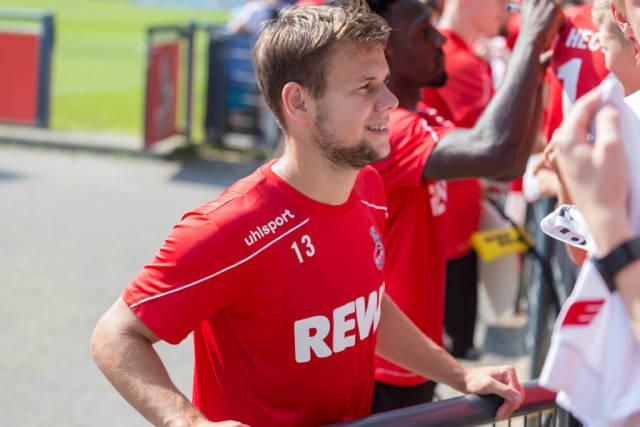 Fußballspieler Louis Schaub im FC Köln Trikot spricht nach dem Fußballtraining mit Fans am Clubhaus Geißbockheim