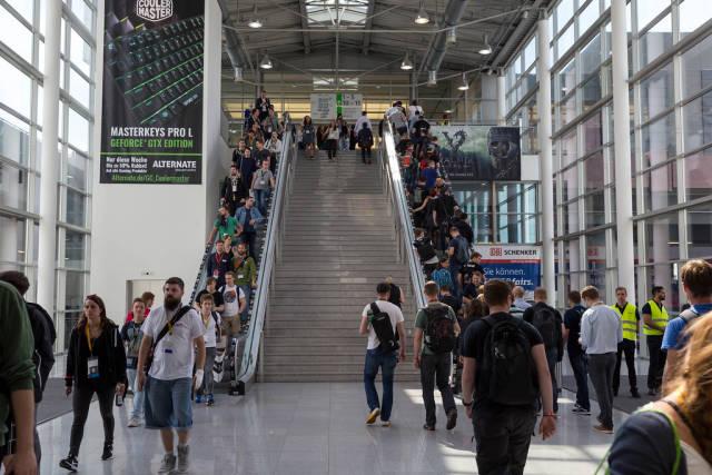 Besucher auf Rolltreppen bei der Gamescom 2017