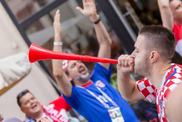 Kroatischer Fan macht Lärm mit einer Vuvuzela