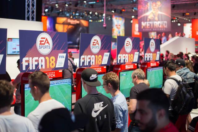 Besucher in der FIFA 18 Gaming-Ecke