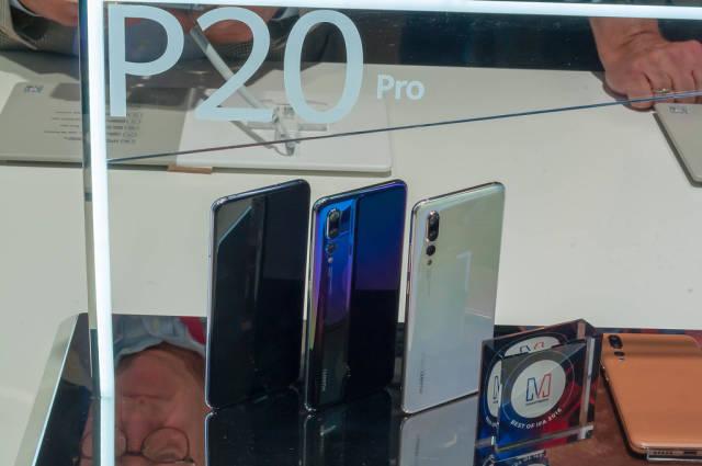 P20 Pro in der Vitrine am Messestand von Huawei