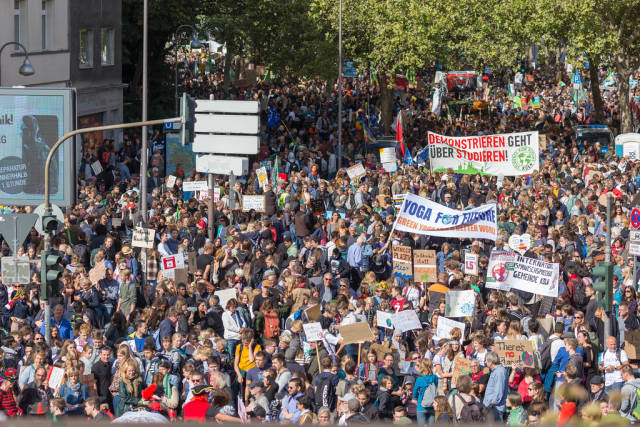 Großaufnahme der Menschenmassen auf der Klimademonstration Fridays for Future in Köln