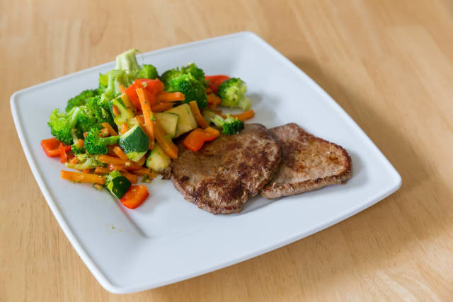 Low carb: Mini-Steaks mit Gemüse